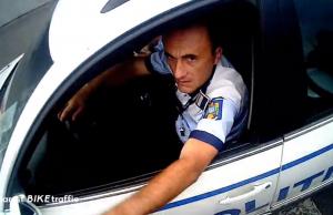 masina de politia care stationeaza neregulamentar
